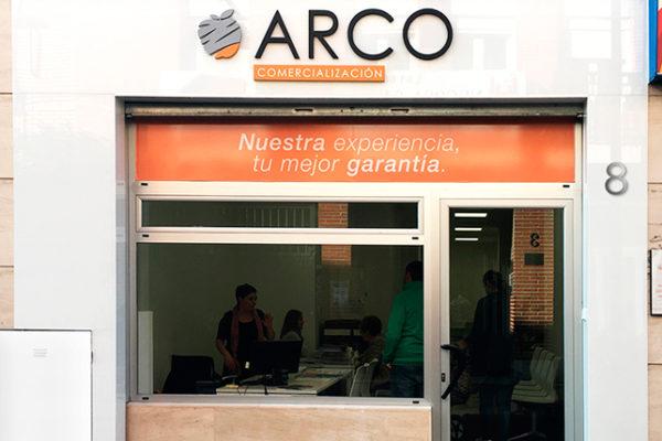 Reforma fachada local comercial con gráfica exterior