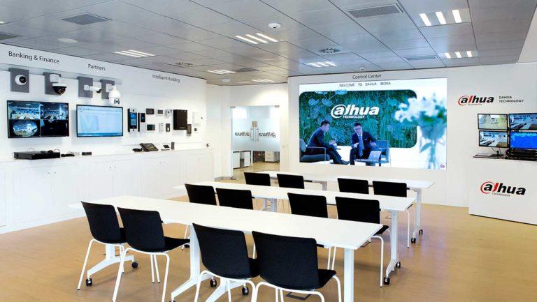 Reformas de oficinas y locales Showroom promocional con mobiliario a medida